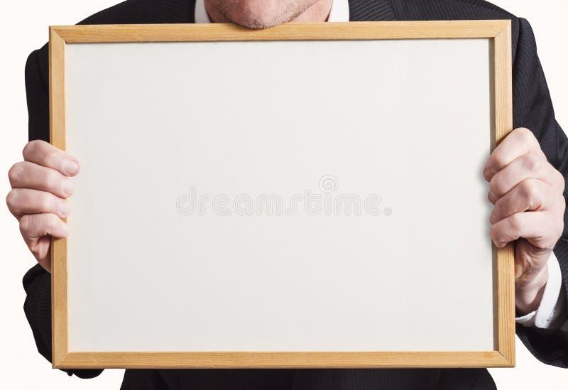 Pusty Whiteboard znak Trzymający Up biznesmenem w kostiumu fotografia stock