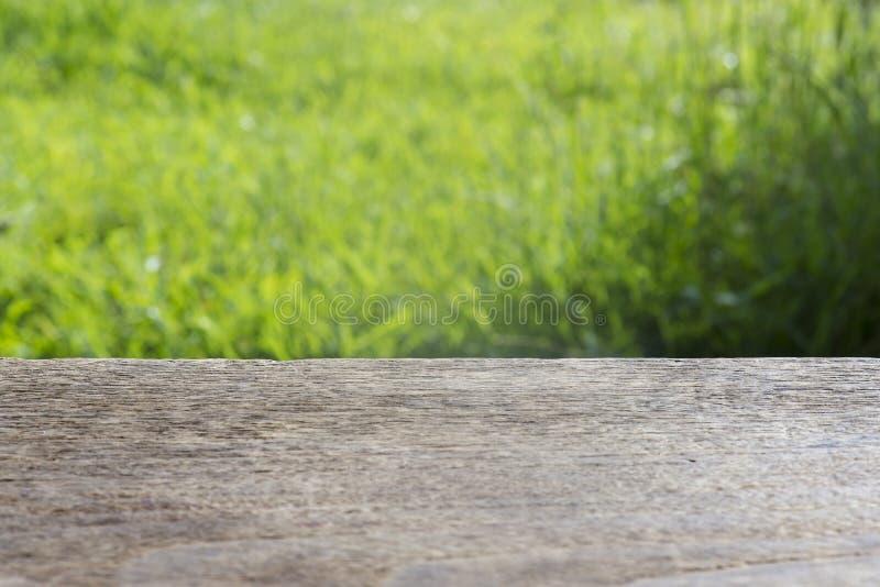 Pusty wieśniaka stół przed wiosny pięknym śródpolnym tłem produktu pokaz i pinkinu pojęcie zdjęcie royalty free
