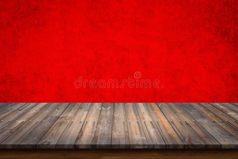 Pusty wierzchołek drewno stół na czerwonym betonowej ściany tle fotografia royalty free