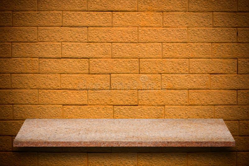 Pusty wierzchołek naturalne kamień półki i kamiennej ściany tło zdjęcia royalty free