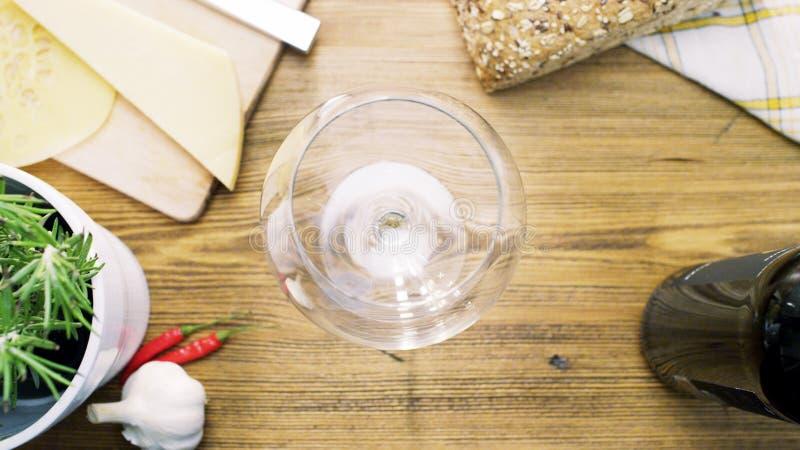 Pusty wina szkło na stole obraz stock