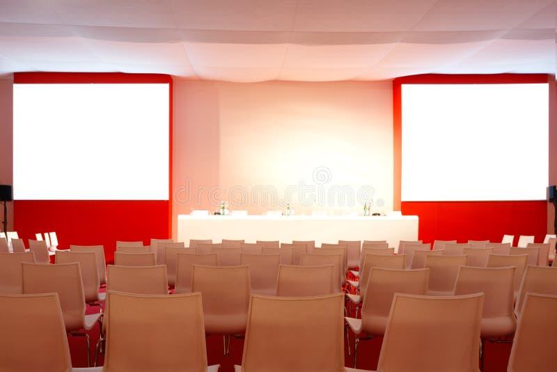 Pusty wnętrze sala konferencyjna Sala konferencyjnej czerwieni wnętrze Dwa ekranu dla prezentacj zdjęcie stock