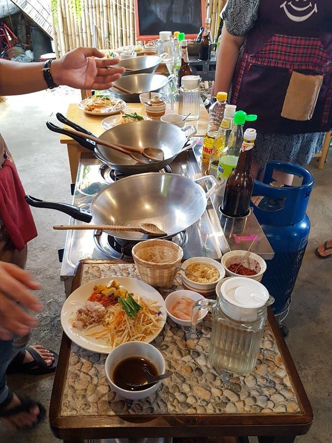 Pusty wok duży łyżeczka drewniana składniki pulver instrukcja gotowania klasa tajski kurs kuchenny chiang mai tajlandia woda obrazy stock