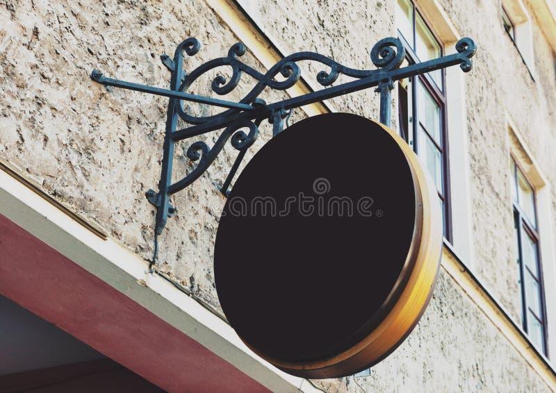 Pusty zaokrąglony plenerowy biznesu znak zdjęcia stock