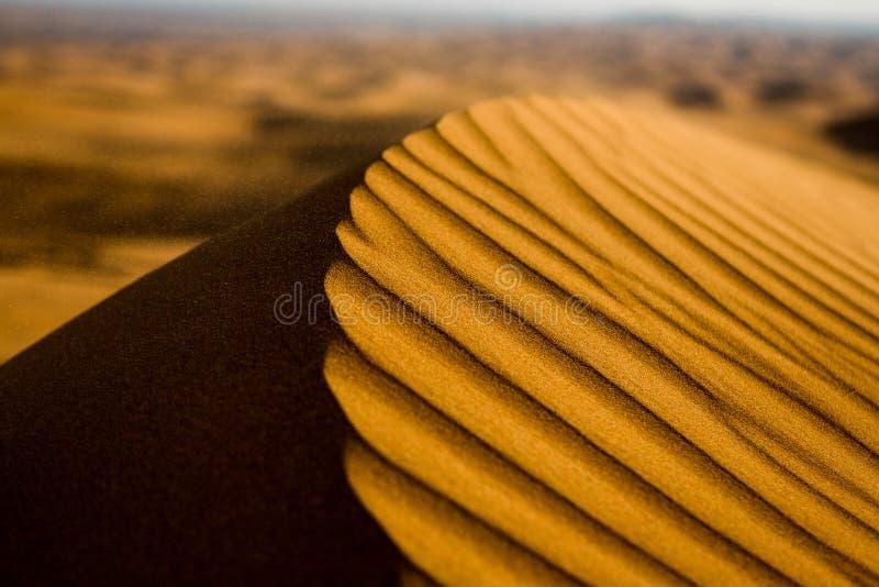 Pustyni i piaska diuny w zmierzchu Dubaj zdjęcie stock