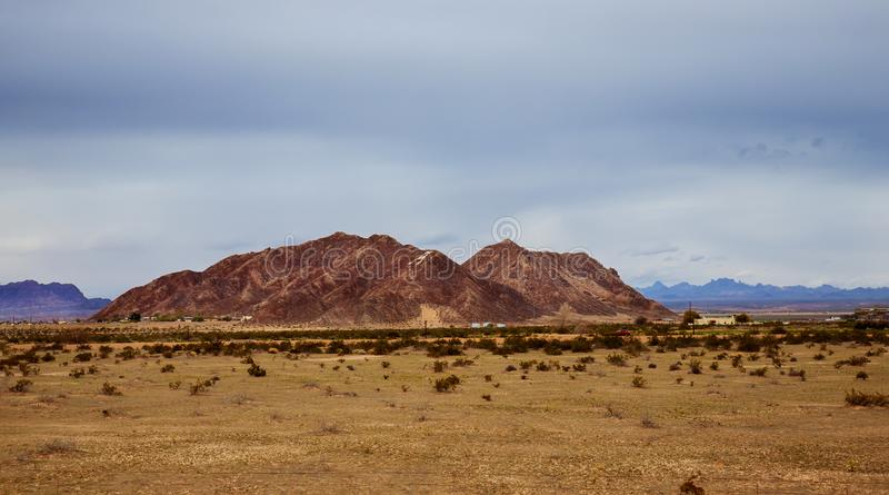 Pustynia i g?ry chmurniejemy nad po?udniowo-zachodni usa Nowym - Mexico pustynia obrazy stock