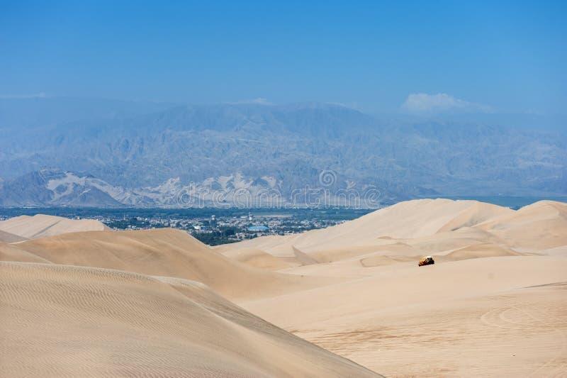 Pustynia w Huacachina, Peru Powozik i diuny w tle obrazy royalty free