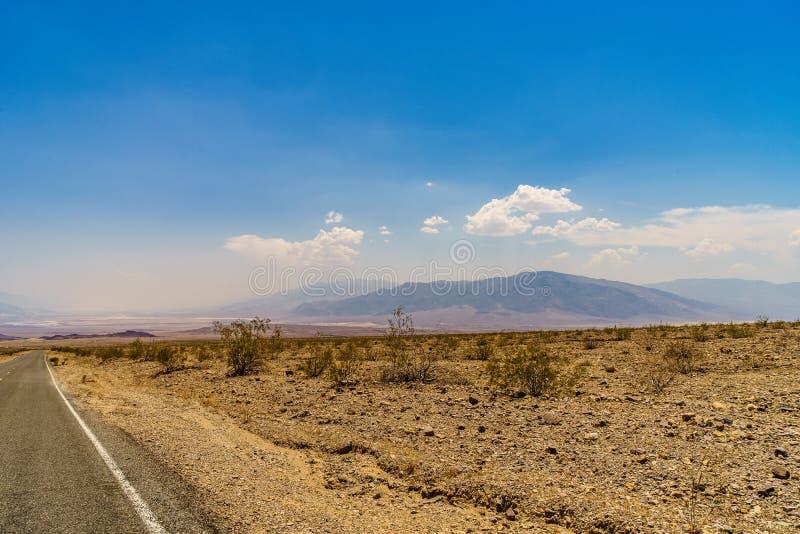 Pustynna autostrada Śmiertelny Dolinny park narodowy fotografia stock