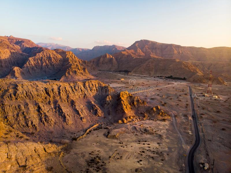 Pustynna droga przy zmierzchu widokiem z lotu ptaka fotografia stock