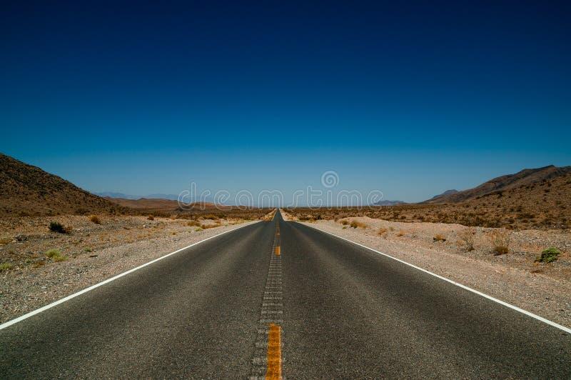Pustynna drogowa autostrada w śmiertelnym dolinnym parku narodowym fotografia royalty free