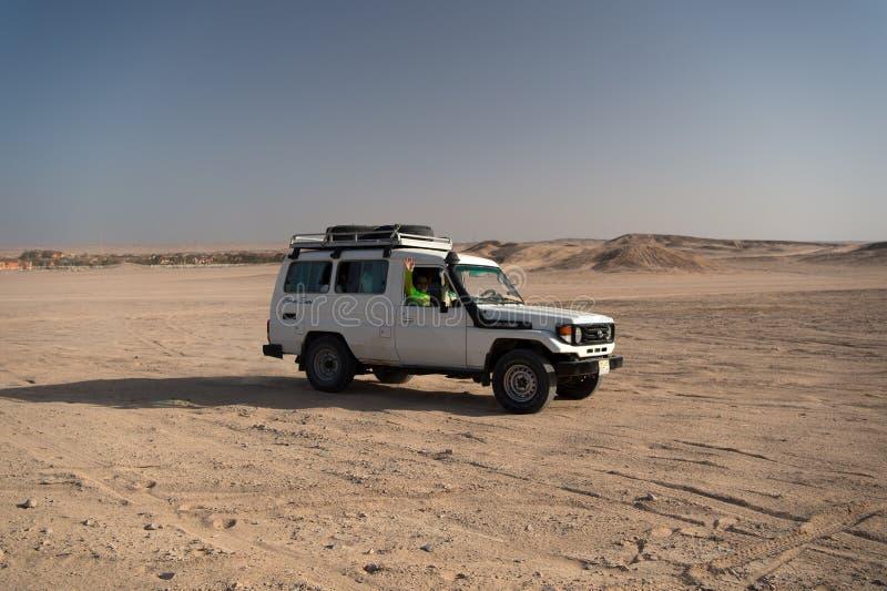 Pustynna rasa Samochodowy suv pokonuje piasek diun przeszkody Turniejowa bieżna wyzwanie pustynia Offroad pojazd ściga się z obraz royalty free