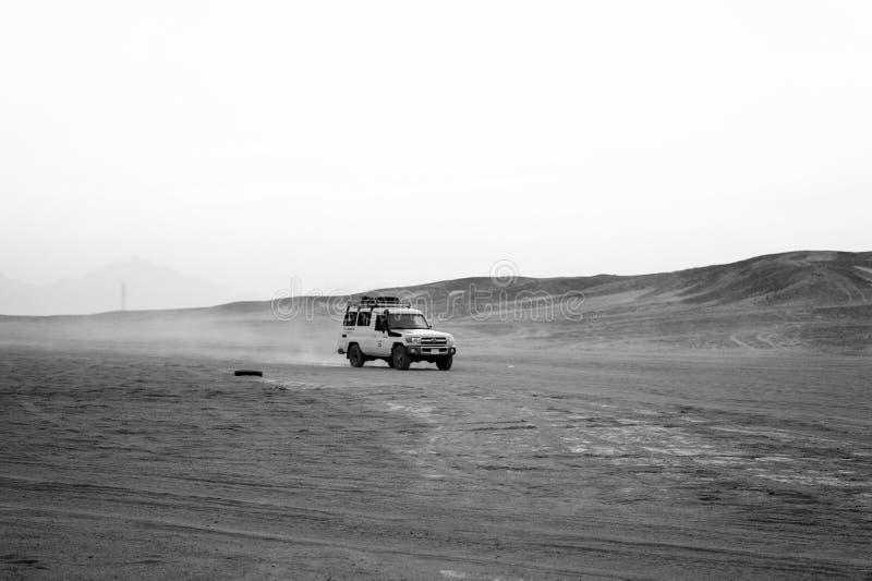 Pustynnego safari suv samochodowy jeżdżenie przez piasek diun, Hurghada, Egyp obrazy stock