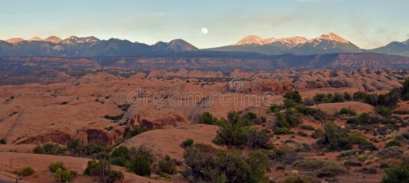 Pustynnego zmierzchu kąta szeroka księżyc zdjęcia stock
