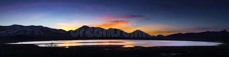 Pustynny jezioro, zalewający playa przy zmierzchem z pasmami górskimi i kolorowe chmury, zdjęcie stock