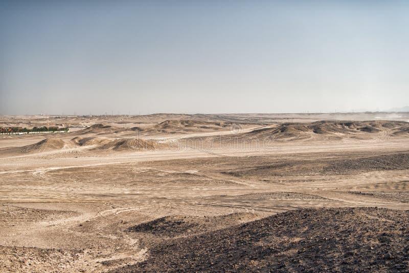 Pustynny krajobraz na jasnym niebieskiego nieba tle Diuny ziemia z suchą teren powierzchnią Ekologii i globalnego nagrzania skute obraz royalty free