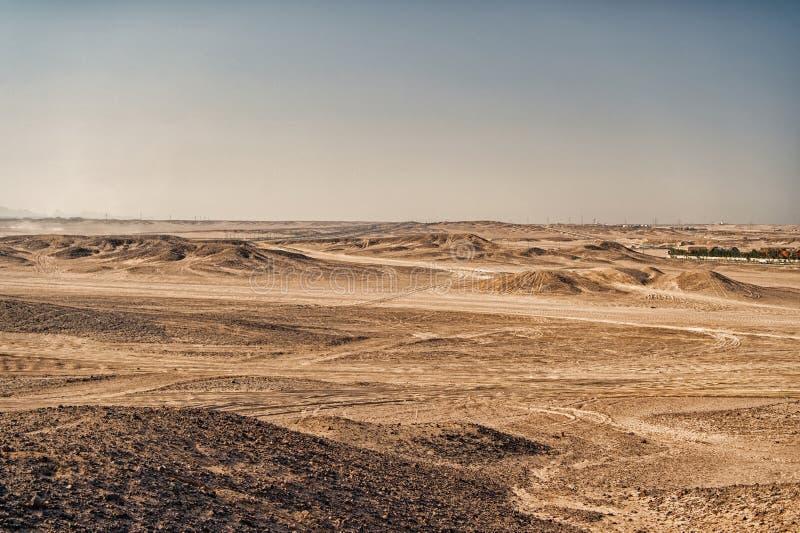 Pustynny krajobraz na jasnym niebieskiego nieba tle Diuny ziemia z suchą teren powierzchnią Ekologii i globalnego nagrzania skute zdjęcie stock