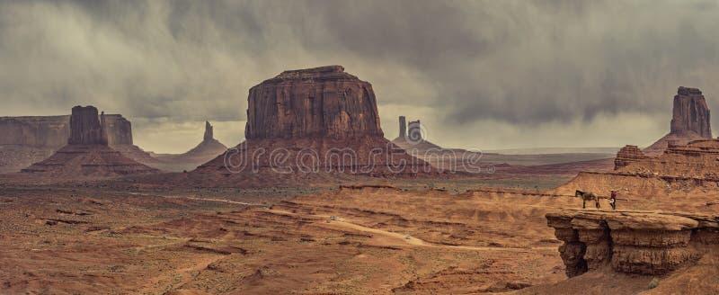 Pustynny krajobraz z koniem w Pomnikowej dolinie, usa obrazy royalty free