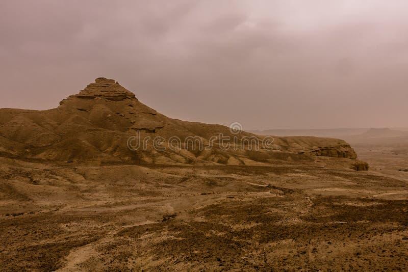 Pustynny krajobraz z thunderclouds i burzą piaskową w Niskim Najd, Arabia Saudyjska fotografia royalty free