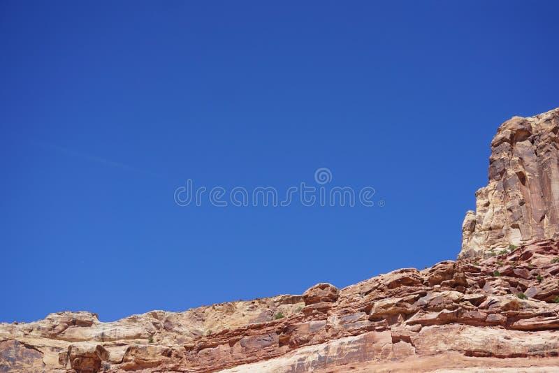 Pustynny południowo-zachodni piaskowiec przeciw niebieskiemu niebu zdjęcie royalty free