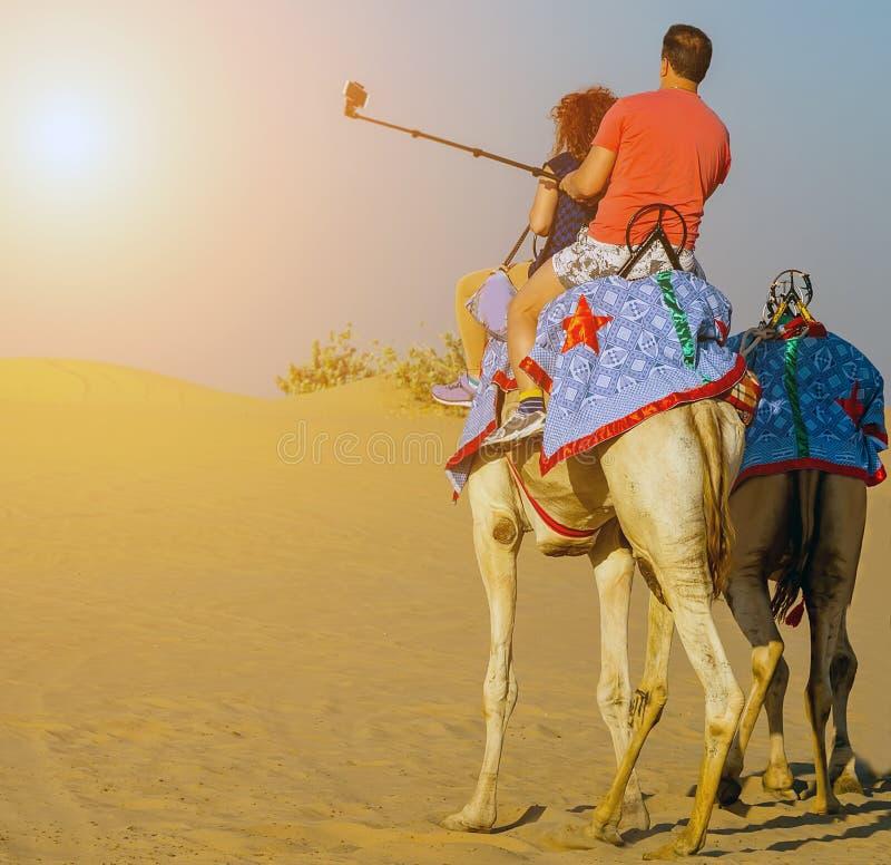 Pustynny safari wschód słońca selfie kija strzału smartphone fotografia stock
