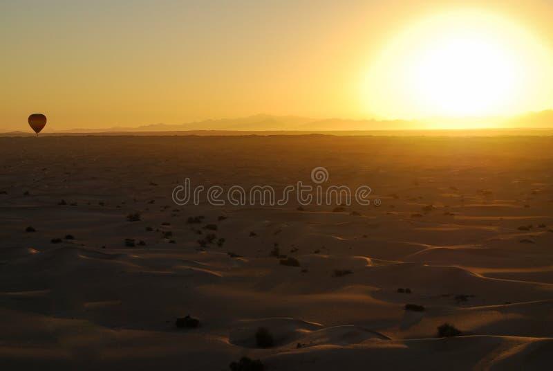 Pustynny wschód słońca z gorące powietrze balonem zdjęcie royalty free
