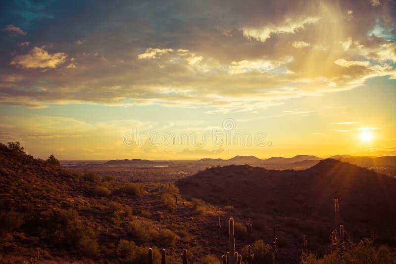 Pustynny zmierzchu krajobraz z aluzją deszcz zdjęcie royalty free