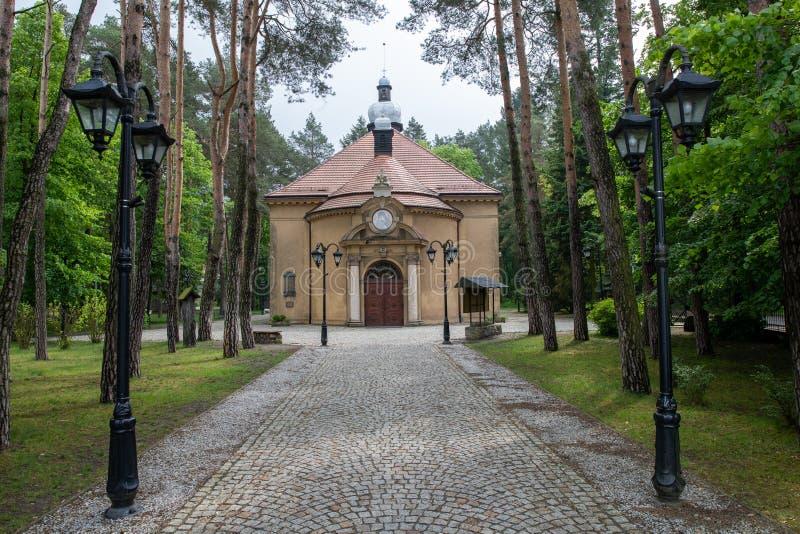 Puszczykowo, wielkopolskie/Polska - mai, 22, 2019 : Une ?glise historique dans une petite ville pr?s d'? de Pozna? Un vieux templ photographie stock