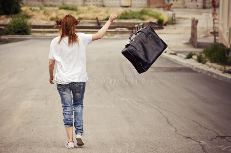 puszka dziewczyny uliczna walizka rzuca chodzących potomstwa obrazy stock
