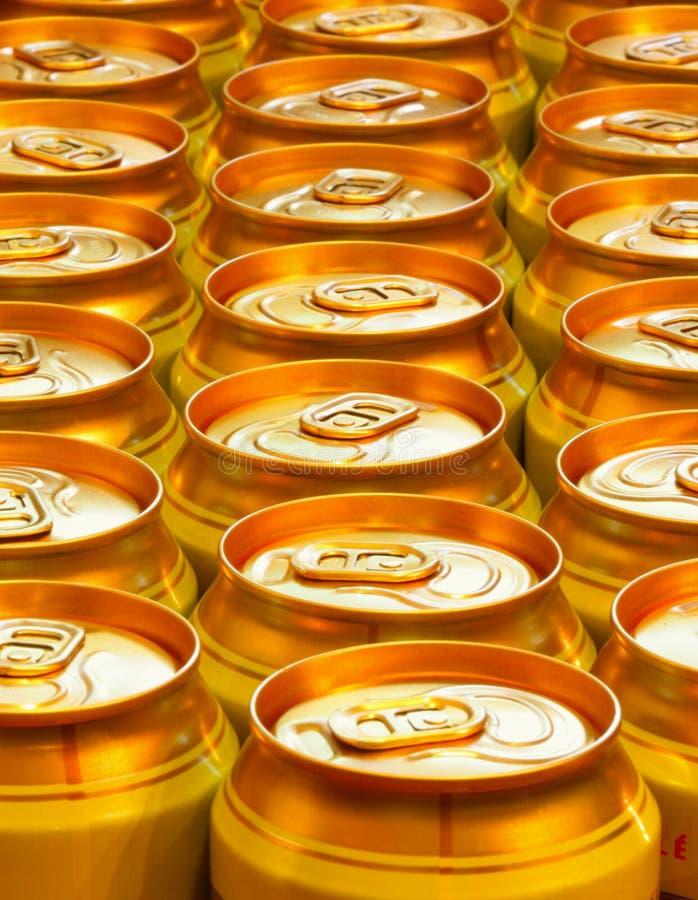 puszki po piwie złote zdjęcia stock
