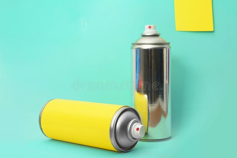 Puszki różne kiści farby na koloru tle fotografia stock