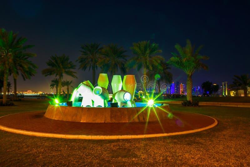 Puszkuje fontanny linia horyzontu Doha zdjęcia royalty free
