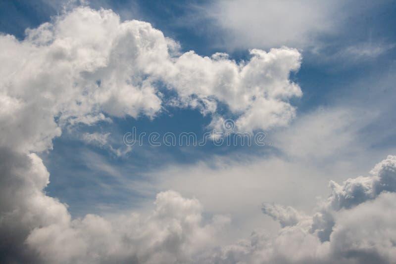 Puszysta biel chmura na jasnym niebieskim niebie obraz stock
