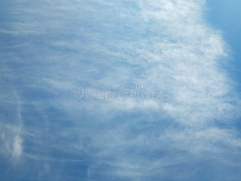 Puszysta biel chmura na jasnym niebieskim niebie obraz royalty free