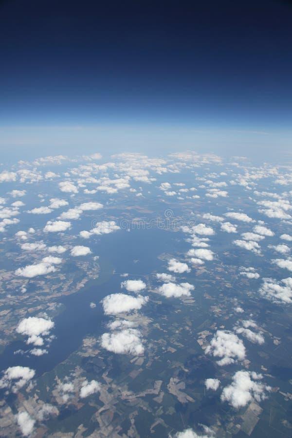 Puszyste chmury duża wysokość widok niebo i ziemia obrazy royalty free