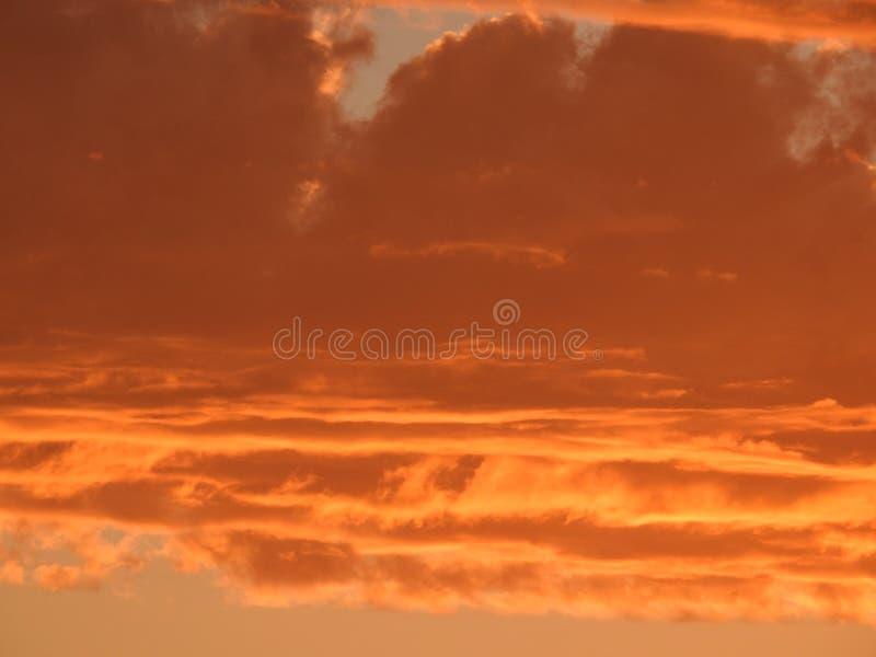 Puszyste chmury przy zmierzchem zdjęcie royalty free