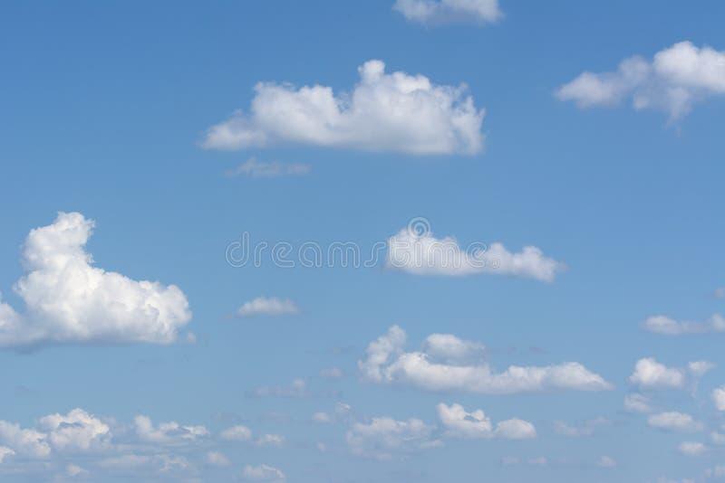 Puszyste cumulus chmury niebieskie niebo panorama, niebo chmura fotografia stock
