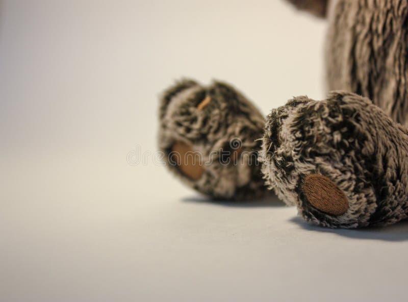 Puszystej miękkiej części zabawki popielaty kot obrazy royalty free
