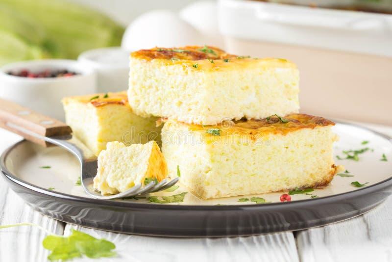 Puszysty omlet piec z zucchini, dzieciaka zdrowy śniadanie, wyśmienicie potrawka Na bia?ym drewnianym tle obraz stock