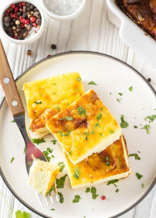 Puszysty omlet piec z zucchini, dzieciaka zdrowy ?niadanie, wy?mienicie potrawka Na bia?ym drewnianym tle zdjęcia stock