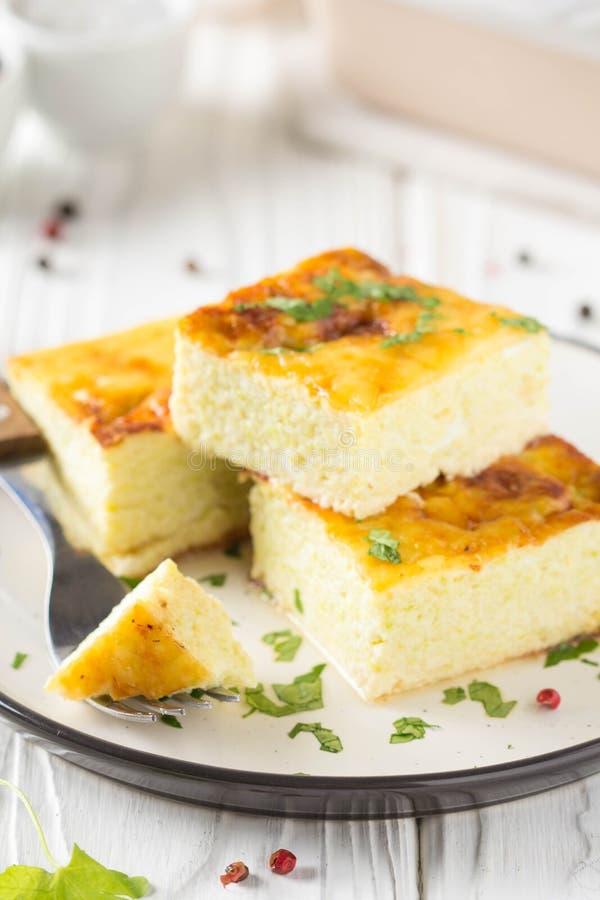 Puszysty omlet piec z zucchini, dzieciaka zdrowy ?niadanie, wy?mienicie potrawka Na bia?ym drewnianym tle obraz stock