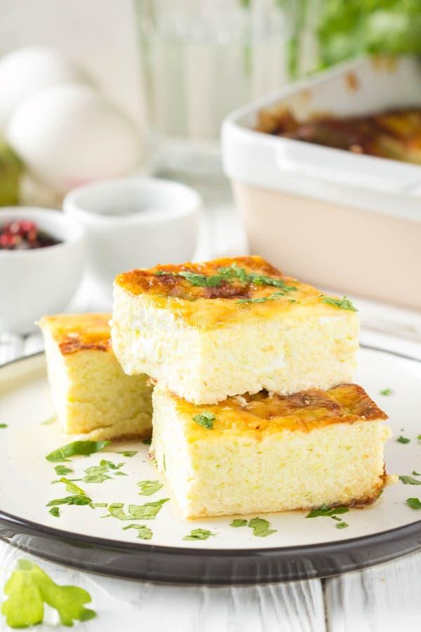 Puszysty omlet piec z zucchini, dzieciaka zdrowy ?niadanie, wy?mienicie potrawka Na bia?ym drewnianym tle fotografia stock