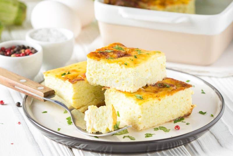 Puszysty omlet piec z zucchini, dzieciaka zdrowy ?niadanie, wy?mienicie potrawka Na bia?ym drewnianym tle obrazy stock