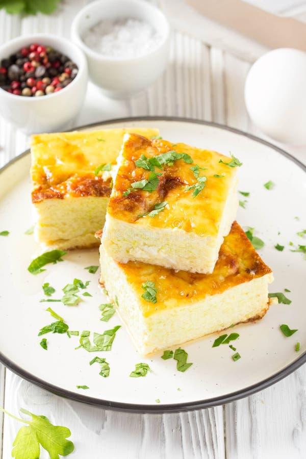 Puszysty omlet piec z zucchini, dzieciaka zdrowy ?niadanie, wy?mienicie potrawka Na bia?ym drewnianym tle zdjęcie stock