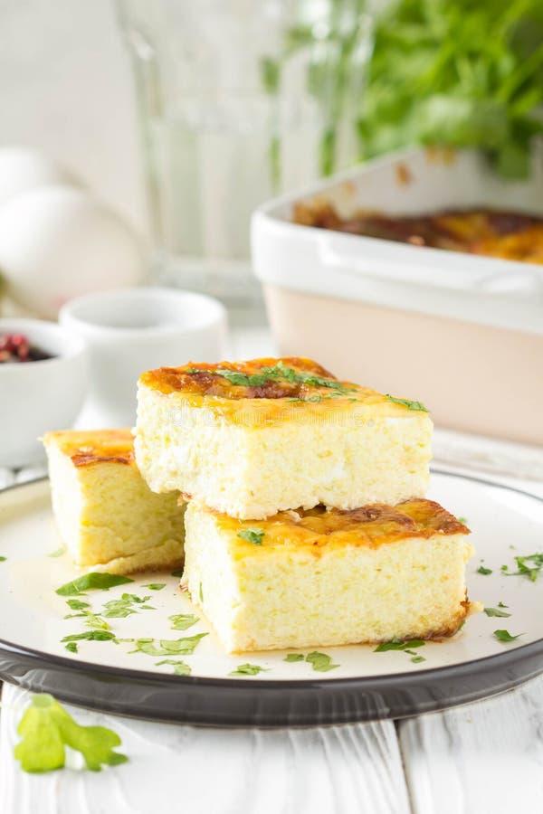 Puszysty omlet piec z zucchini, dzieciaka zdrowy ?niadanie, wy?mienicie potrawka Na bia?ym drewnianym tle fotografia royalty free
