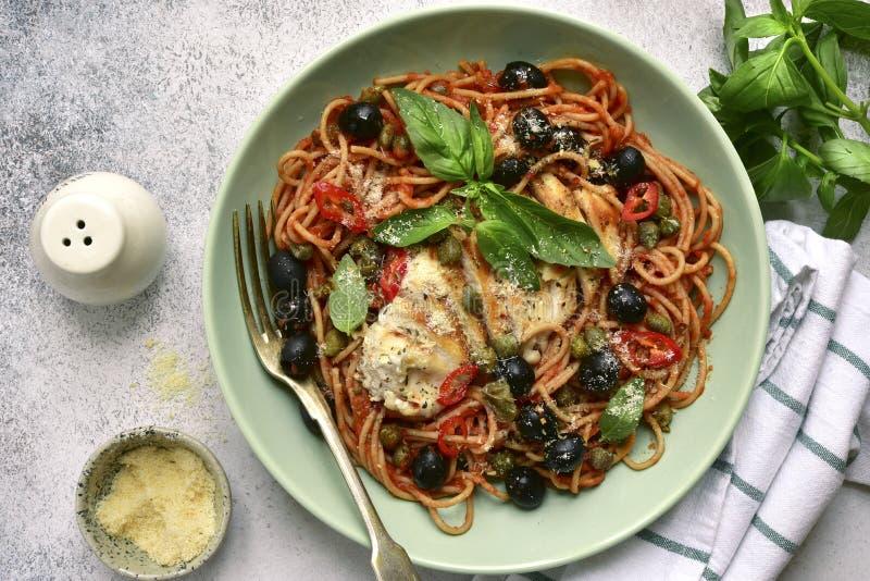 Putanesca degli spaghetti con il pollo Vista superiore con lo spazio della copia immagine stock libera da diritti