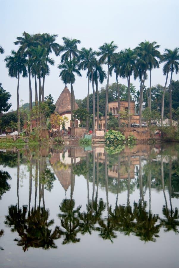 Puthia村庄的反射在湖,拉杰沙希市的寺庙复合体区,孟加拉国 免版税库存图片