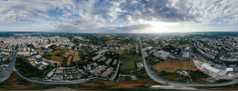 Putignano Apulia stadshus och vägar i Italien surrar fotoet för 360 vr arkivfoto