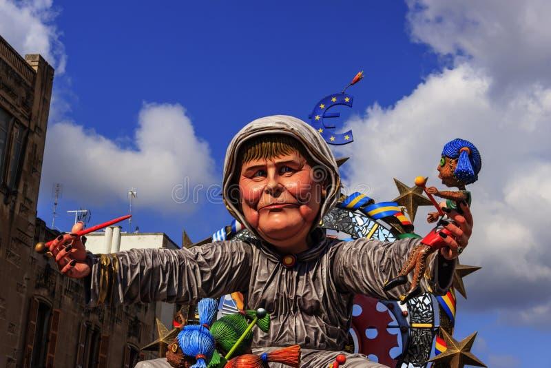 Putignano-Karneval: Flöße Europäische Politiker: Angela Merkel-Folterung Europa ITALIEN (Apulien) lizenzfreie stockfotos