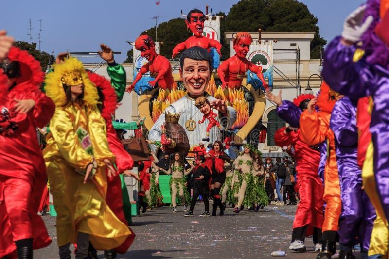 Putignano, Pouilles, Italie - 15 février 2015 : flotteurs de carnaval Tour de carnaval : flotteur allégorique de Matteo Renzi image libre de droits