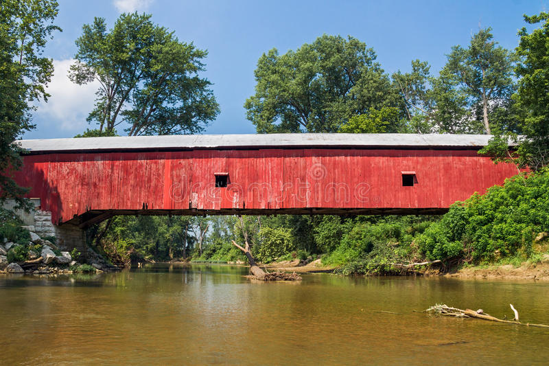 Putnam County Covered Bridge. The Oakalla Covered Bridge crosses Big Walnut Creek in rural Putnam County, Indiana stock images